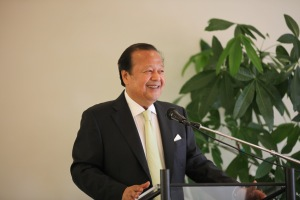 Prem Rawat shares some remarks with auction attendees